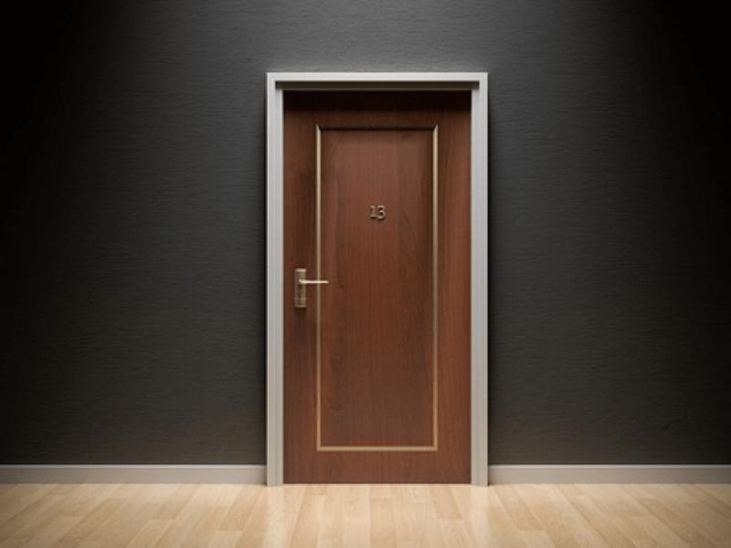 Une porte avec le numéro treize, symbole de malchance et de mauvais destin.